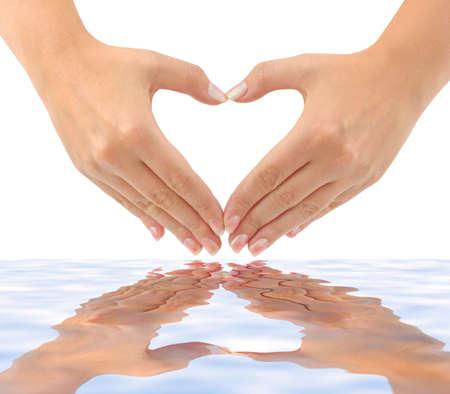 cuore in mano: Cuore di mani e acqua isolati su sfondo bianco