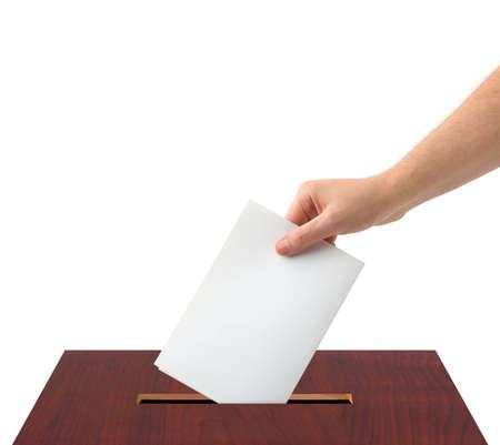 voting box: Mano con scrutinio casella e isolato su sfondo bianco