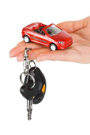 rental: Mano con claves y coche aislados sobre fondo blanco