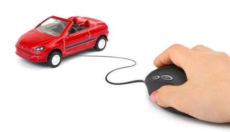 carritos de juguete: Mano con rat�n de ordenador y coche aislados sobre fondo blanco