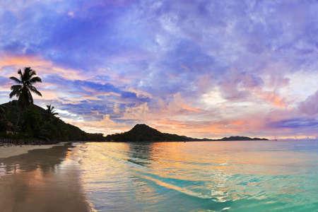 일몰, 세이셸 - 휴가 배경에서 열 대 해변 코트 디 부 아니면 스톡 콘텐츠