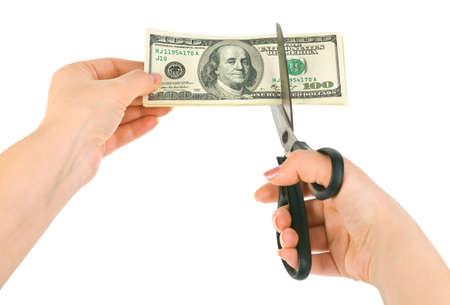cortes: Manos con dinero de corte de tijeras aislados sobre fondo blanco