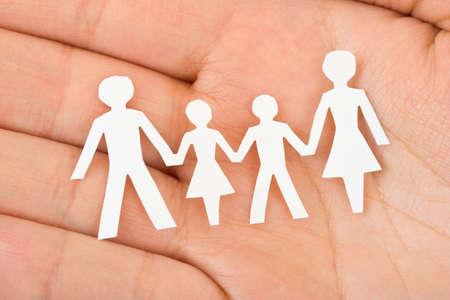 Papier-Familie in Hand - home-Konzept