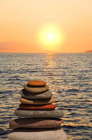 Stapel der Steine am Strand bei Sonnenuntergang - Natur-Hintergrund