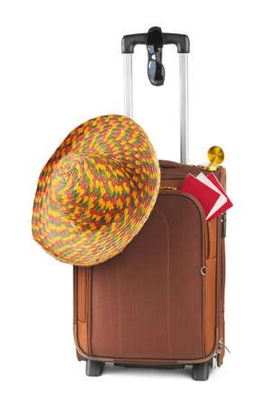 maletas de viaje: Viaje caso, sombrero, br�jula y gafas de sol aislados sobre fondo blanco