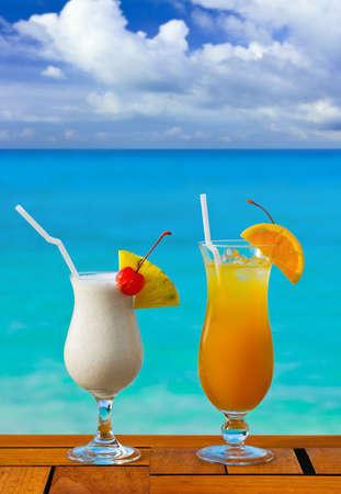 Dos cócteles en tabla en Playa café - fondo de vacaciones