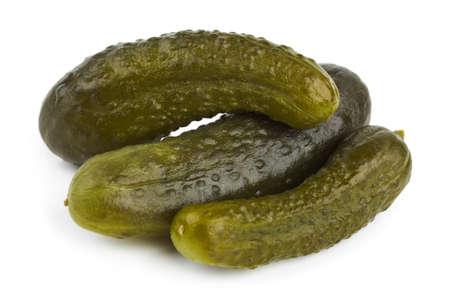 encurtidos: Pickles pepino aislado sobre fondo blanco