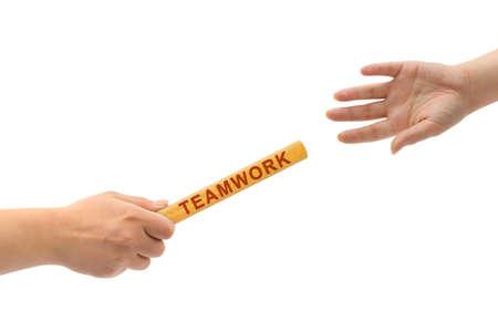 Handen en estafette Teamwork geïsoleerd op witte achtergrond Stockfoto