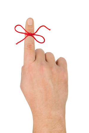 dedo indice: Lazo rojo en dedo aislada sobre fondo blanco