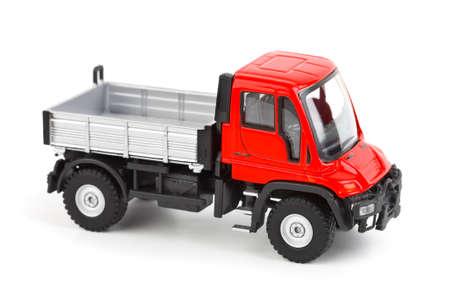 Camion di auto giocattolo isolato su sfondo bianco