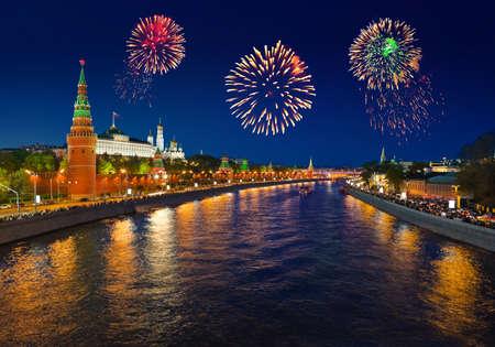 kremlin: Vuurwerk boven Kremlin in Moskou (Rusland)