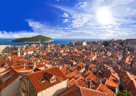 Ciudad de Dubrovnik en Croacia al atardecer - fondo de viajes
