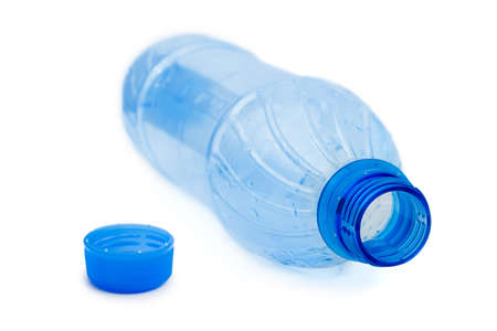 botellas vacias: Botella de agua vac�a aislada sobre fondo blanco