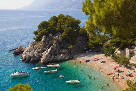 paisaje mediterraneo: Playa de Brela, Croacia - antecedentes de viajes resort Foto de archivo