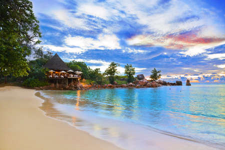 seychelles: 일몰 열 대 해변 카페 - 자연 배경 스톡 사진