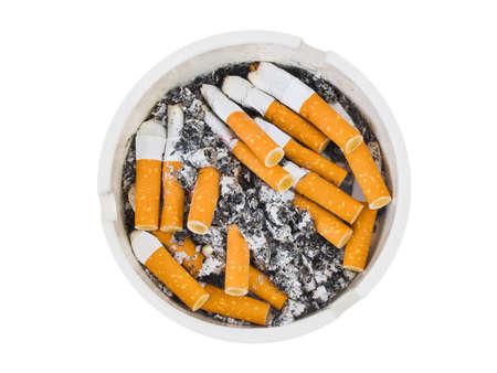 Aschenbecher und Zigaretten, die isoliert auf wei?em Hintergrund