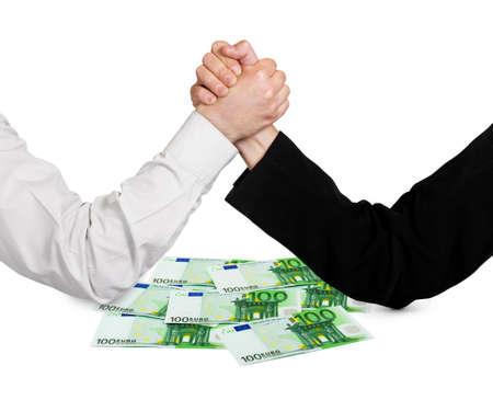 soldi euro: Due mani wrestling e di denaro in euro isolato su sfondo bianco
