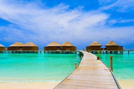 Water bungalows op een tropisch eiland - reizen achtergrond