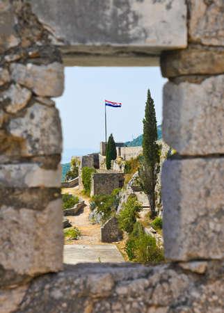 bandera croacia: Ventana al viejo fuerte en Split, Croacia - fondo de arquitectura