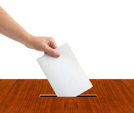 encuestando: Mano con la boleta y caja aislada sobre fondo blanco