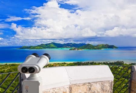 fernrohr: Ferngläser und Insel Praslin auf den Seychellen - Natur Hintergrund Lizenzfreie Bilder