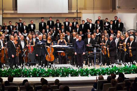 performs: MOSCA, RUSSIA - 15 novembre: Russian National Orchestra si esibisce al padiglione Chaikovsky il 15 novembre 2011 a Mosca, Russia. Conductor - Mikhail Pletnev. Editoriali