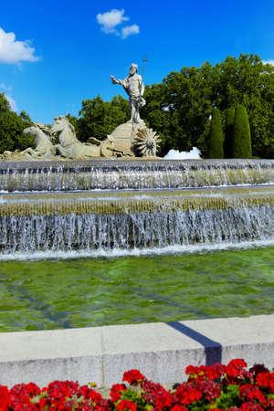neptuno: La fuente de Neptuno en Madrid, España - fondo de la arquitectura