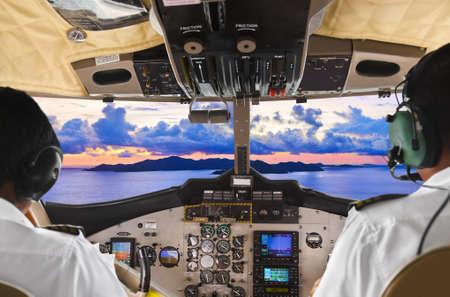 seychelles: 비행기 조종석과 열대 섬에서 조종사 에디토리얼