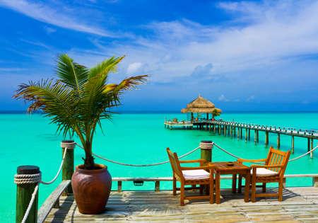 Cafe en la playa del océano y el cielo