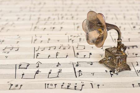 pentagrama musical: Gramophone en la partitura de edad - fondo de arte retro