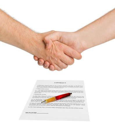 contratos: Apret�n de manos y el contrato aisladas sobre fondo blanco