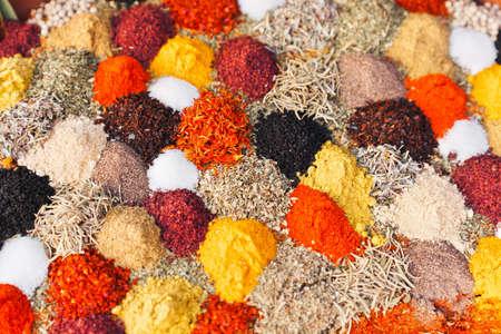 indian spices: Verschillende kruiden - voedsel achtergrond Stockfoto
