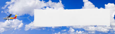 Vliegende vliegtuig en banner, hemel op achtergrond Stockfoto