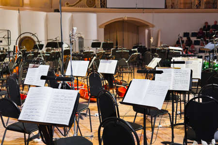 orquesta: Los instrumentos musicales y partituras - fondo de arte Editorial
