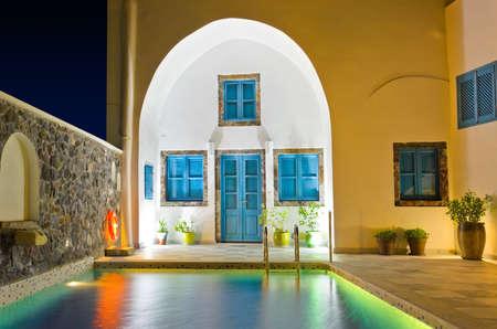 greek pot: Piscina in hotel - sfondo vacanza Grecia Editoriali