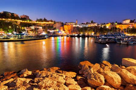 pavo: Antiguo pueblo Kaleici en Antalya, Turqu�a en la noche - fondo de viaje