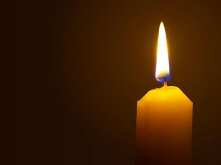 candle: Macro van brandende kaars geïsoleerd op zwarte achtergrond