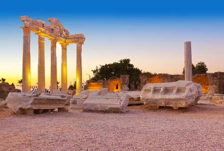 pavo: Ruinas antiguas en Side, Turqu�a al atardecer - fondo de arqueolog�a