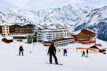 山スキー リゾートの開幕戦ソルデン オーストリア - 自然とスポーツの背景