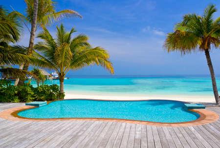 бассейн: Бассейн на тропический пляж - Отдых фон Редакционное