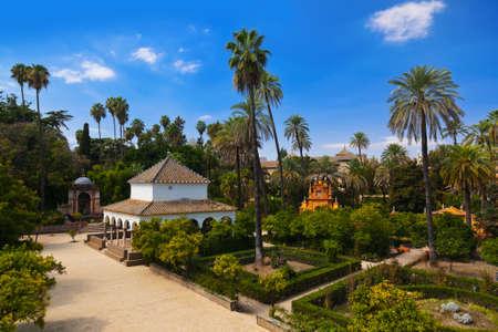 sevilla: Real Alcazar Gardens in Sevilla Spanje - natuur en architectuur achtergrond Redactioneel