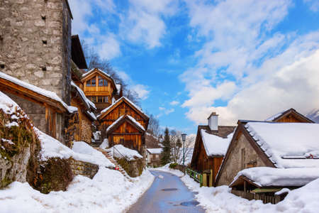 冬 - オーストリア ザルツブルクで湖 Hallstatter ハルシュタットの村 写真素材