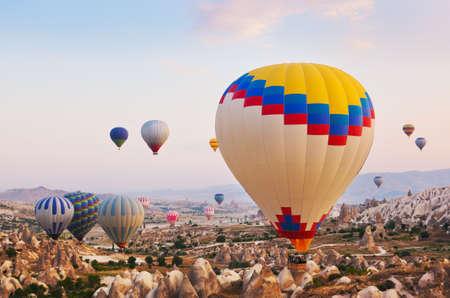 kappadokien: Hei�luftballon fliegen �ber Felslandschaft am Kappadokien T�rkei Lizenzfreie Bilder
