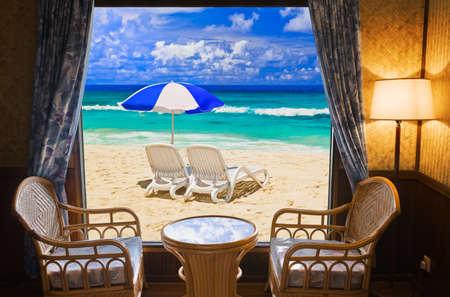 ホテルのルームとビーチの風景 - 休暇の概念の背景