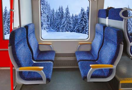 asiento coche: Interior del tren y el bosque de invierno - fondo de viaje