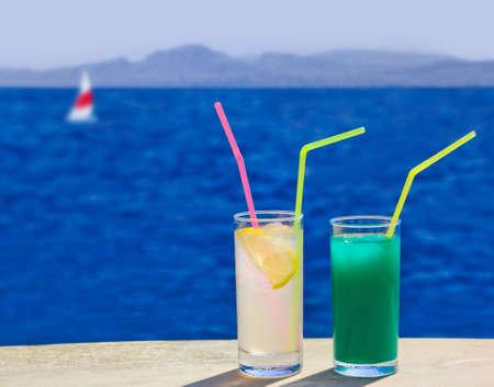 tabla de surf: Dos cócteles en la mesa en la playa - fondo de viaje