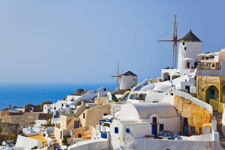 vasi greci: Mulino a vento in Oia a Santorini, Grecia - sfondo vacanza