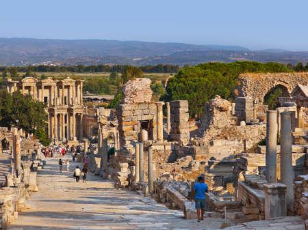 pavo: Antiguas ruinas en Turqu?a ?feso - fondo la arqueolog?a