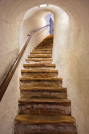 down the stairs: Escaleras en castillo de Kufstein Austria - Arquitectura y antecedentes de viajes Foto de archivo
