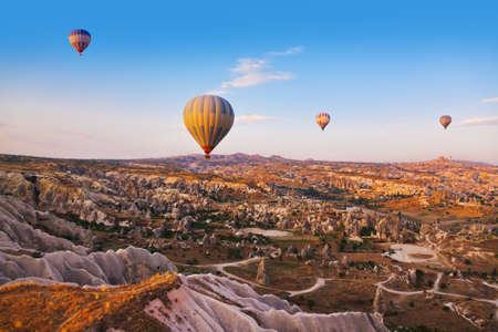 カッパドキア トルコで岩の風景の上を飛んで、熱気球